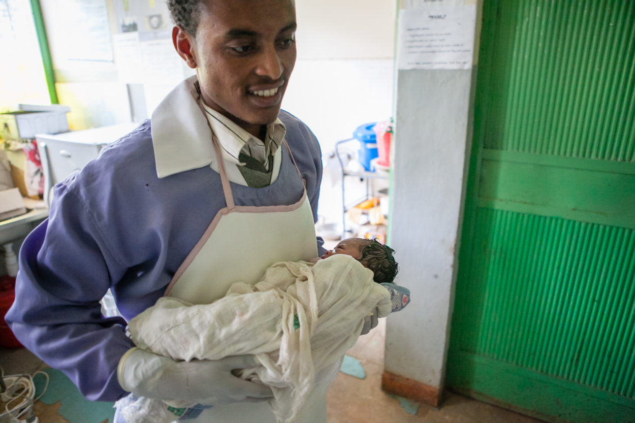 A health worker brings a newborn baby to her mother, Dejen woreda, Ethiopia © Paolo Patruno Photography
