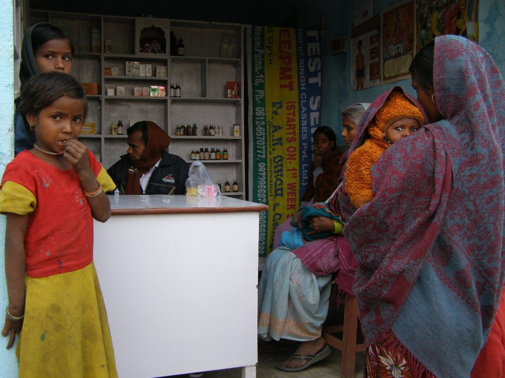 Women and children at an informal provider clinic in Bihar